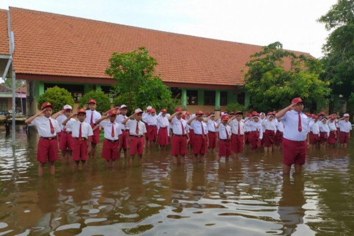 Dua pekan SDN Banjarasri Sidoarjo tergenang banjir