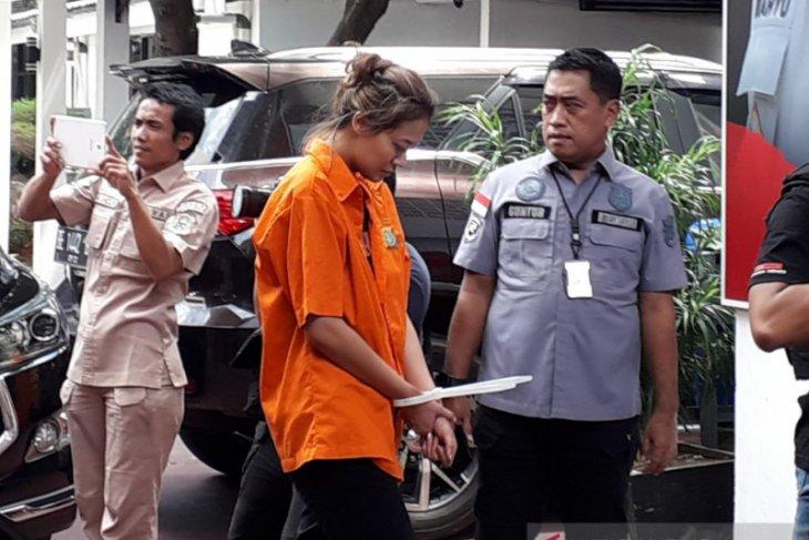 Pemeran 'Air Terjun Pengantin' Nanie Darham ditangkap polisi