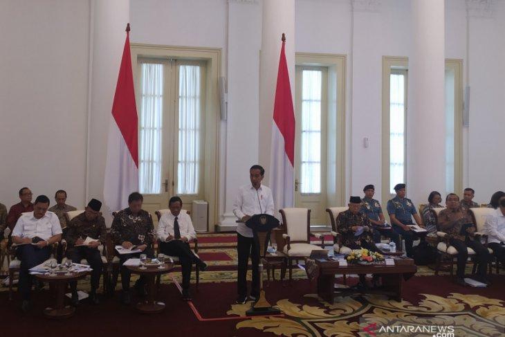 Di rapat kabinet perdana tatap muka, para menteri ikuti protokol ketat