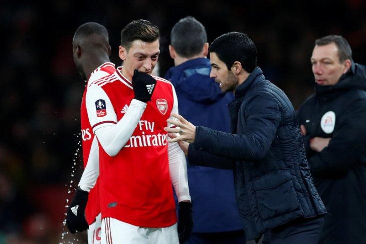 Arsenal baru menang tiga kali, Ozil sanjung Arteta