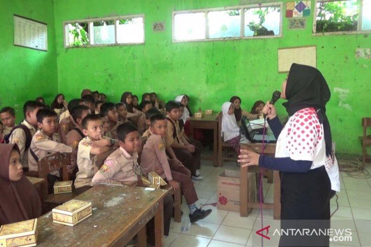 Jamkrindo mengenalkan gaya hidup ramah lingkungan kepada pelajar SD