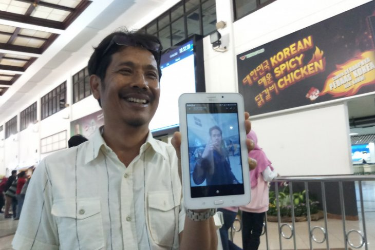 Para orang tua tunggu kedatangan anaknya dari Natuna di Bandara Juanda (Video)