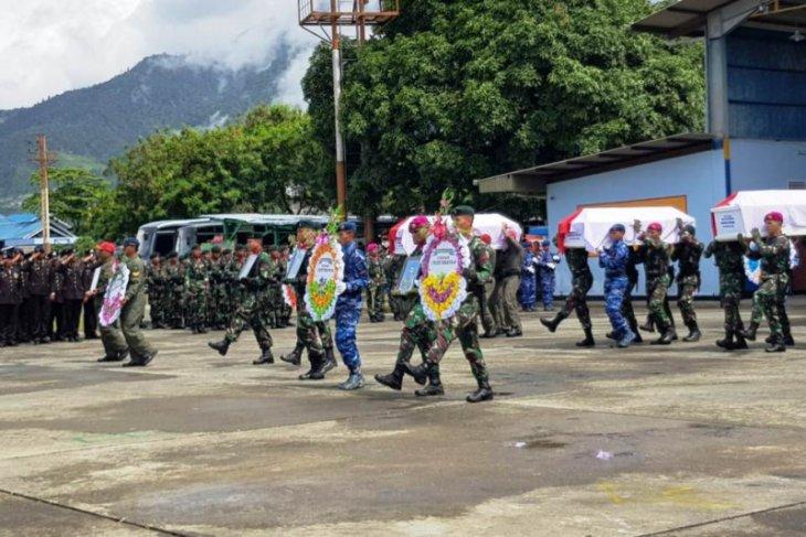 Jenazah korban kecelakaan heli di Papua dilepas secara militer