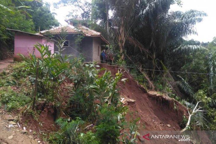 Bencana tanah longsor mengakibatkan seorang warga meninggal dunia