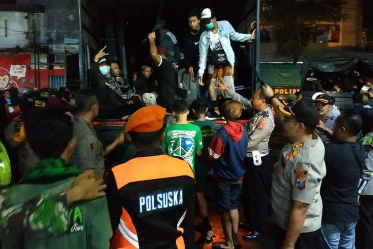 Polisi kawal pemulangan suporter Persebaya dan Arema