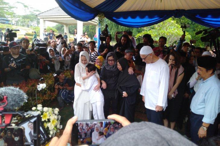 Noah menangis histeris menyaksikan Ashraf dimakamkan