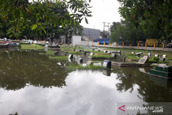 Hujan deras sejak Rabu, pemakaman di Jakbar pun ikut terendam