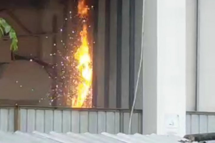 Ruang panel listrik Masjid Agung Medan terbakar