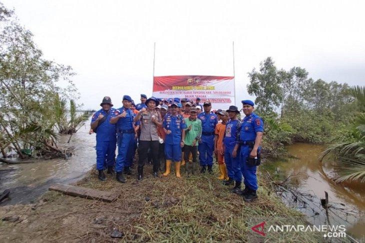 Ditpolairud Jambi bersihkan hutan bakau di Kuala Tungkal
