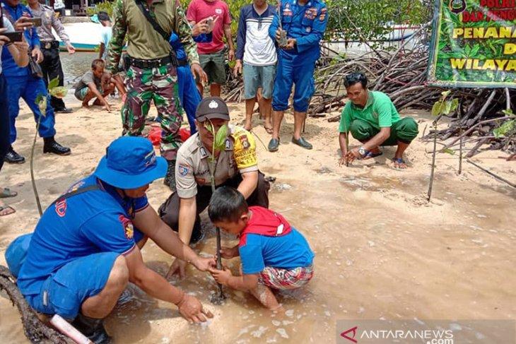 Polres Klungkung tanam mangrove di Pantai Lembongan