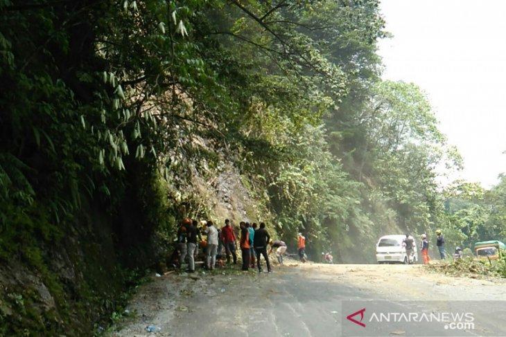 Sempat tertutup longsor, kini jalur Bukittinggi-Padang sudah dapat dilalui