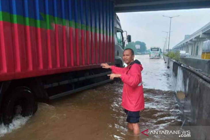 Hujan deras, sejumlah titik Tol Jakarta-Cikampek terendam