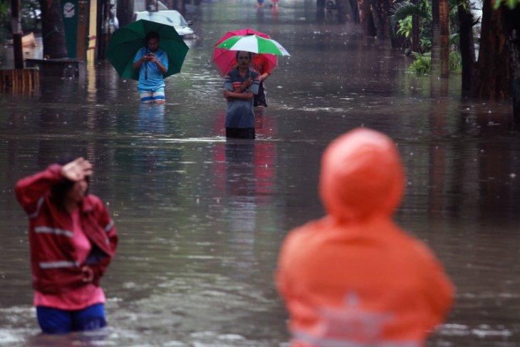 Hujan lebat sebabkan banjir di 13 titik di Kota Tangerang Banten