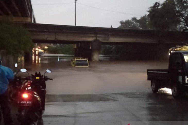 Asosiasi: 20.000 truk barang di Jakarta lumpuh akibat banjir