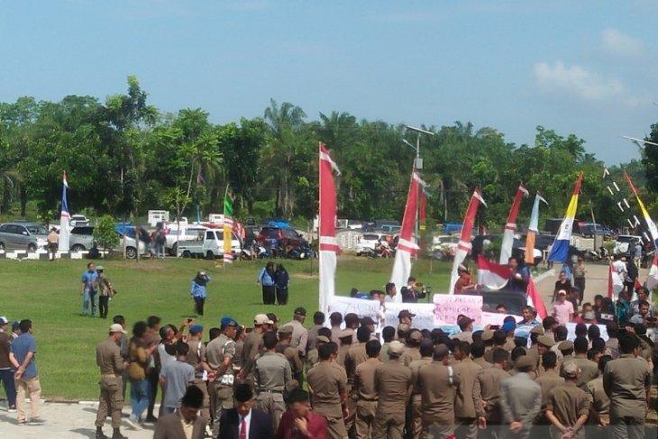 Puluhan orang datangi kantor Bupati Mukomuko