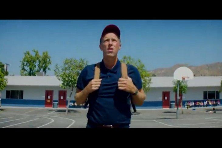 Video klip terbaru Coldplay, Chris Martin kembali ke masa sekolah