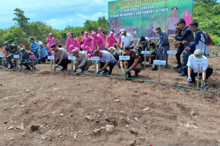 Kotabaru jointly plant vetiver grass, to prevent erosion and landslide