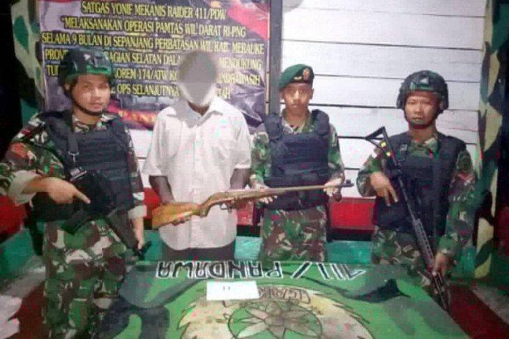 Mantan simpatisan OPM serahkan senpi kepada prajurit TNI