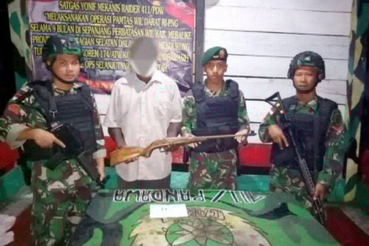 Former Papuan separatist hands over rifle to military