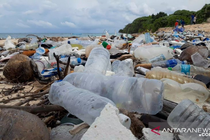 Waste covering Huntete Beach originated from other islands