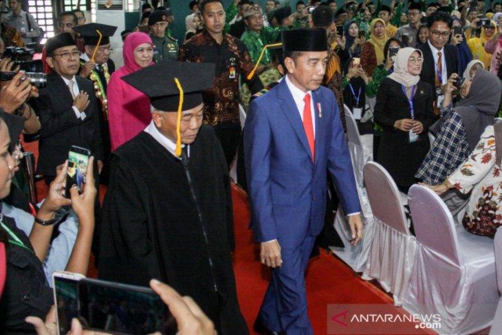 Presiden Jokowi hadiri pengukuhan gelar profesor KH Asep Saifuddin