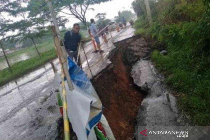 Hati-hati, ada bagian Jalan Inspeksi Kalimalang di Bekasi amblas