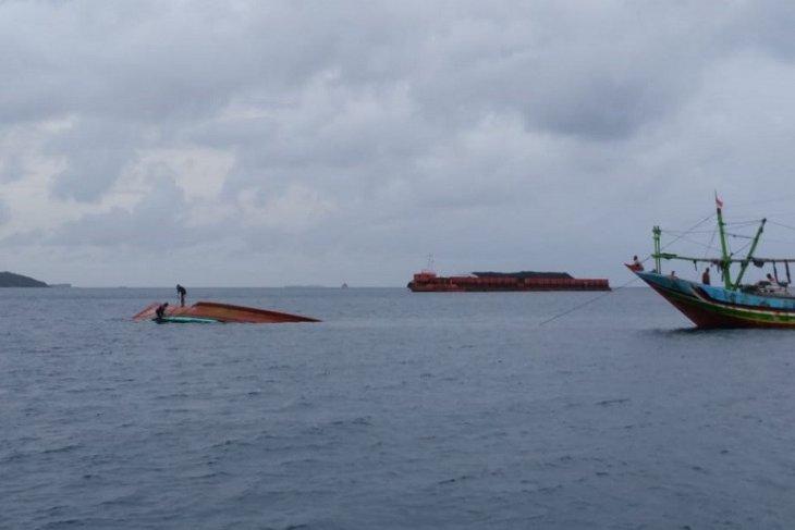 Kapal nelayan  terbalik di Laut Karimunjawa