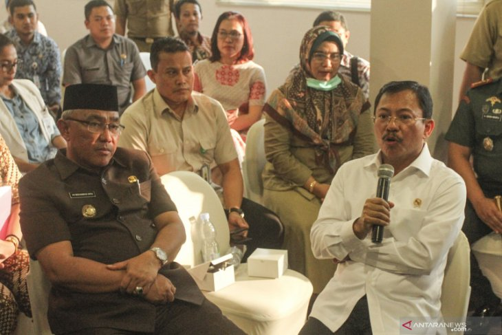 Health Minister sets large-scale social distancing in W Java areas