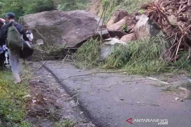 Longsoran tanah dan batu besar tutup Jalan Raya Garut-Pameungpeuk