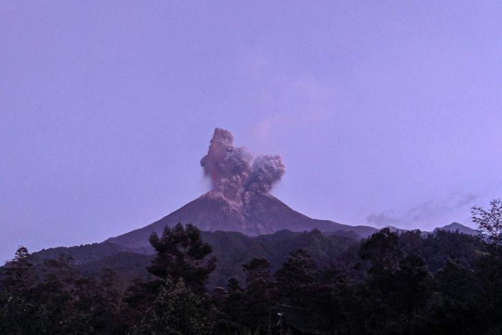 Bandara Adi Sumarmo ditutup sementara karena Merapi erupsi