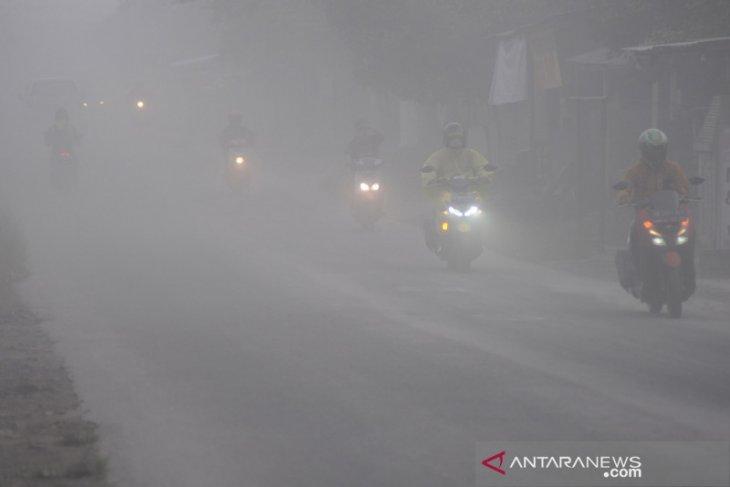 Warga Selo Boyolali tetap beraktivitas meski Merapi erupsi