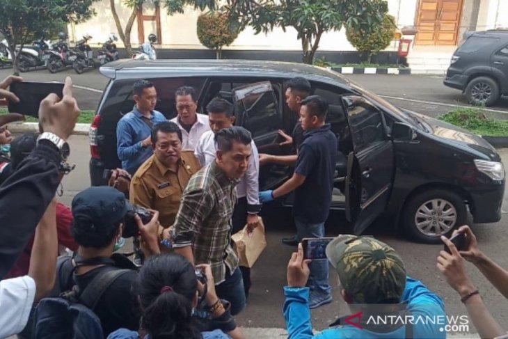Irianto, Sekretaris DPKPP terkena OTT diperiksa Polres Bogor sampai pagi