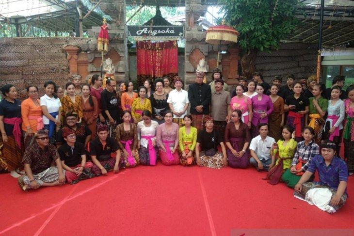 Maestro Arja Klasik jelaskan pakem tari ke seniman kabupaten di Bali