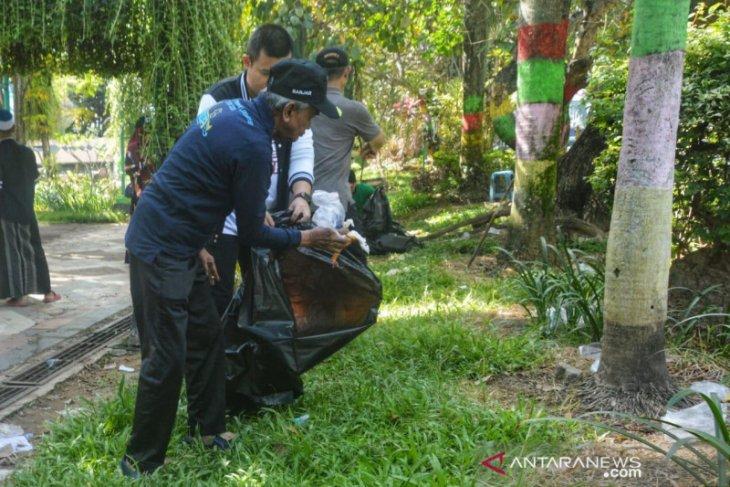 Bupati ikut bersihkan sampah pascahaul Guru Sekumpul