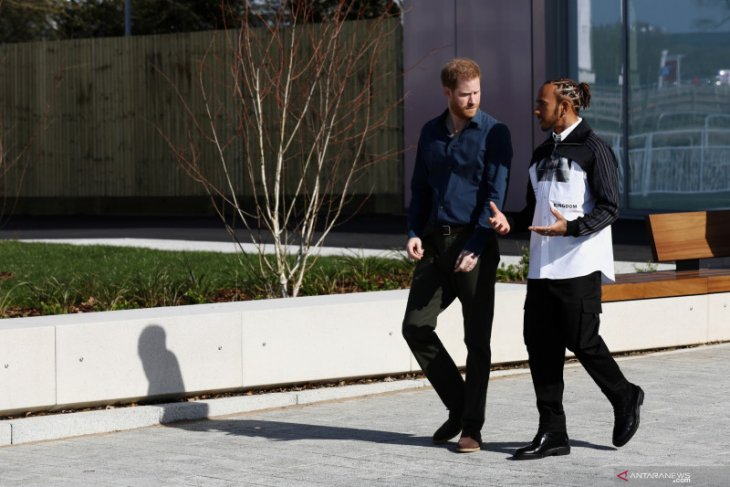 Pangeran Harry dan Lewis Hamilton resmikan museum Sirkuit Silverstone