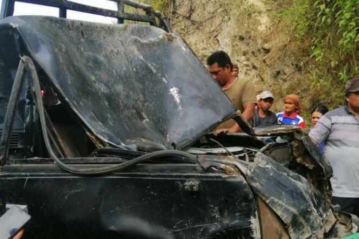 Mobil barang masuk jurang dievakuasi, satu penumpang belum juga ditemukan