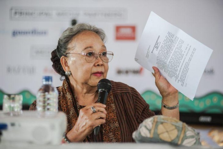Deciphering Indonesia in its myriad shades through its female writers