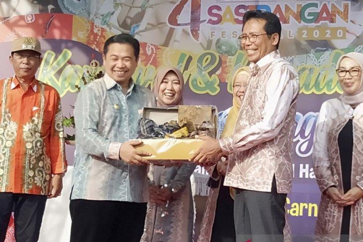 Fadjroel Rachman dinobatkan ambasador kain Sasirangan