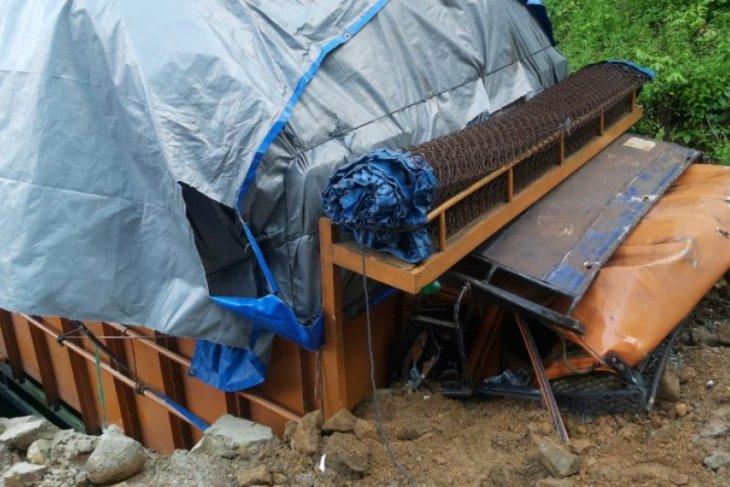 Truk Fuso terbalik di Tapteng, supir dan kernet terjepit