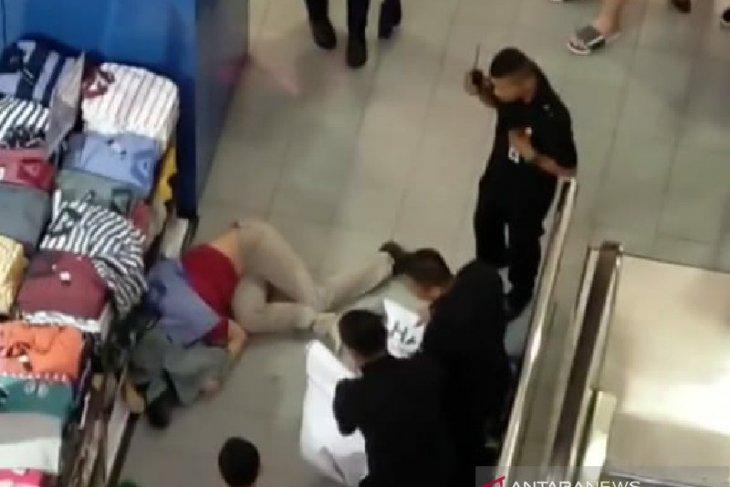 Seorang pria diduga melompat dari lantai atas Thamrin Plaza Medan, penyebabnya masih misteri