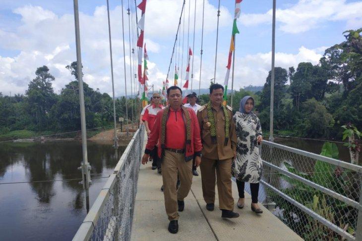 Ketua Komisi V DPR RI resmikan jembatan di pedalaman Kalbar