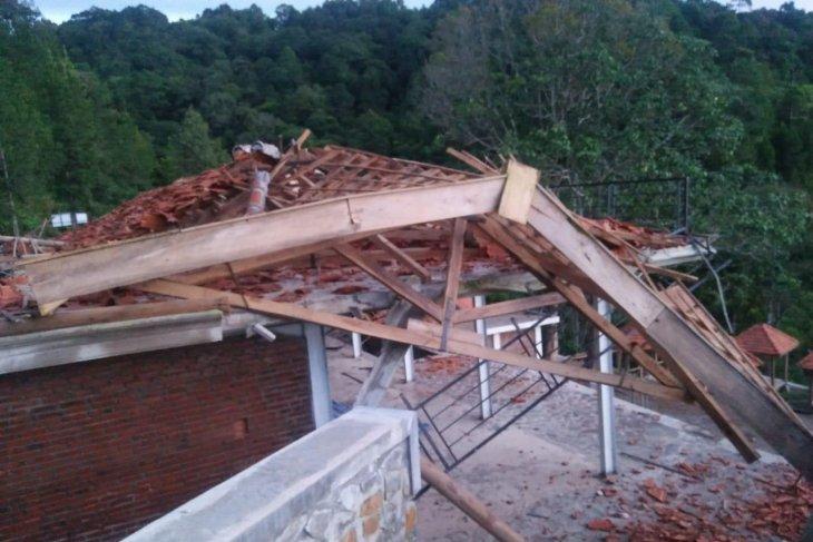 Diterjang angin, bangunan rest area Air Terjun Dolo di Kediri rusak