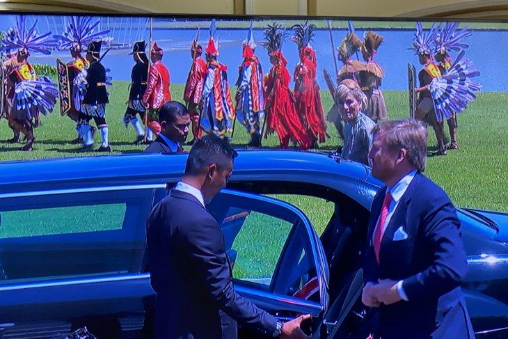 Raja dan Ratu Belanda disambut pasukan berbaju adat nusantara