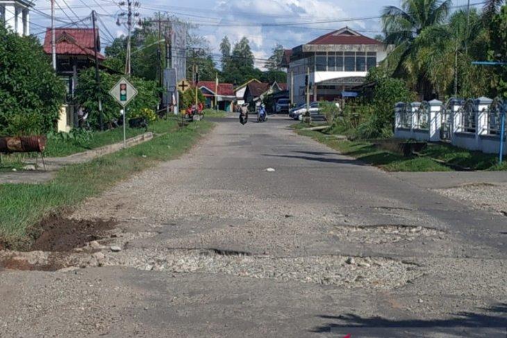 Pengendara mengeluh jalan dalam kota Putussibau berlubang