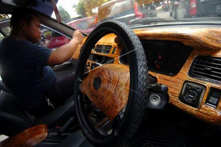Kerajinan interior mobil dari limbah koran