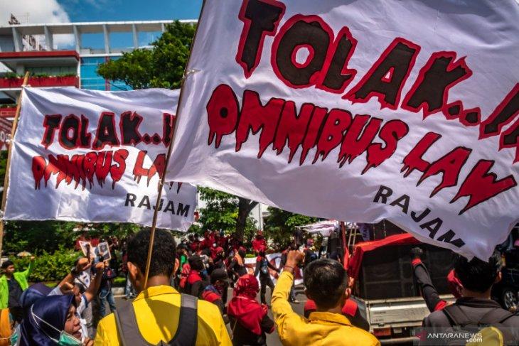 Aksi tolak UU Cipta Kerja, buruh dan mahasiswa jebol gerbang DPRD Jateng
