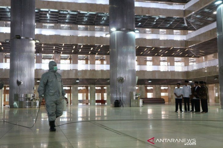 Jokowi observes clean-up activity with disinfectant spray at Istiqlal