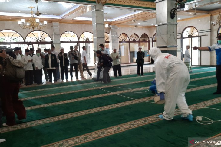 Kalla launches disinfectant spray movement in Jakarta's 10,000 mosques