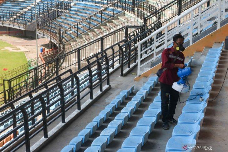 Liga 1: Penonton Persebaya vs Persipura dicek suhu tubuhnya saat masuk Stadion GBT