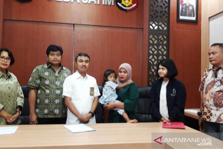 Polisi serahkan ke ibu kandungnya anak yang diduga diculik TKI